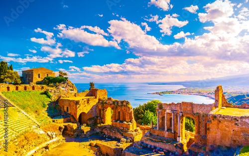 Foto auf AluDibond Flieder The Ruins of Taormina Theater at Sunset.