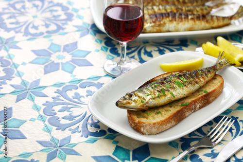 Fototapeta sardinhas assadas, portuguese grilled sardine on toasted bread