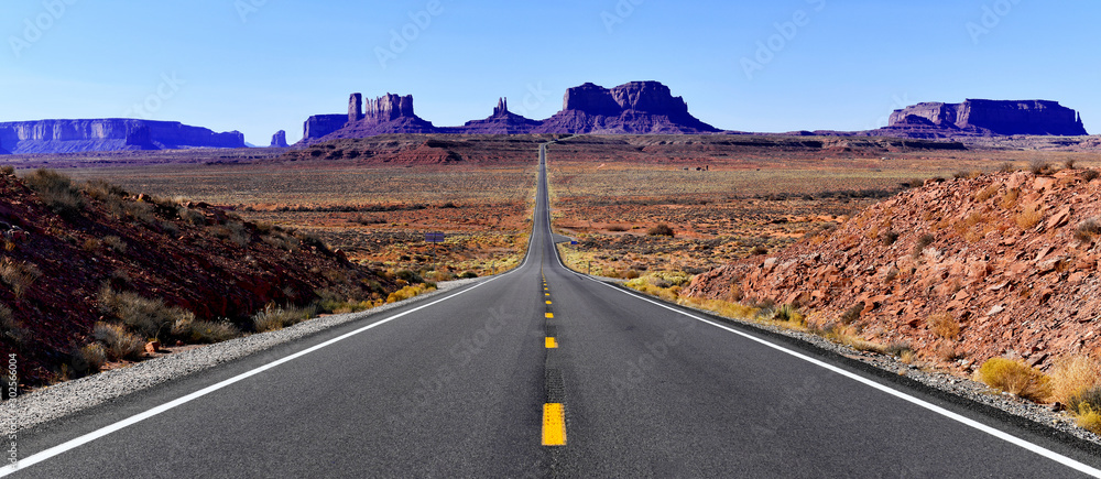 Fototapeta Road into the red rock desert landscape of Monument Valley, Navajo Tribal Park in the southwest USA in Arizona and Utah