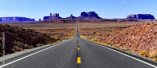 Fototapeta Road into the red rock desert landscape of Monument Valley, Navajo Tribal Park in the southwest USA in Arizona and Utah obraz