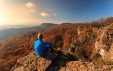 Wanderer Sitzt Am Hohenstein U...