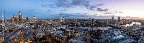 Szeroka panorama panoramę Londynu wieczorem: od wieżowców w mieście nad Tower Bridge wzdłuż Tamizy do Westminster w Wielkiej Brytanii