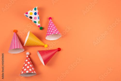 Cuadros en Lienzo  Colorful birthday caps on orange background.