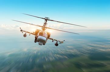 Borbeni vojni helikopter s oružjem leti nad gradom.