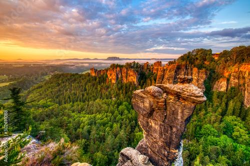 Obraz Goldene Stunde - Sonnenaufgang über der Bastei - fototapety do salonu