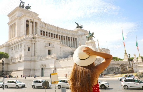 Obraz Visiting the city of Rome. Back view of beautiful girl visiting Altar of the Fatherland famous landmark of Rome. Summer holidays in Italy. - fototapety do salonu