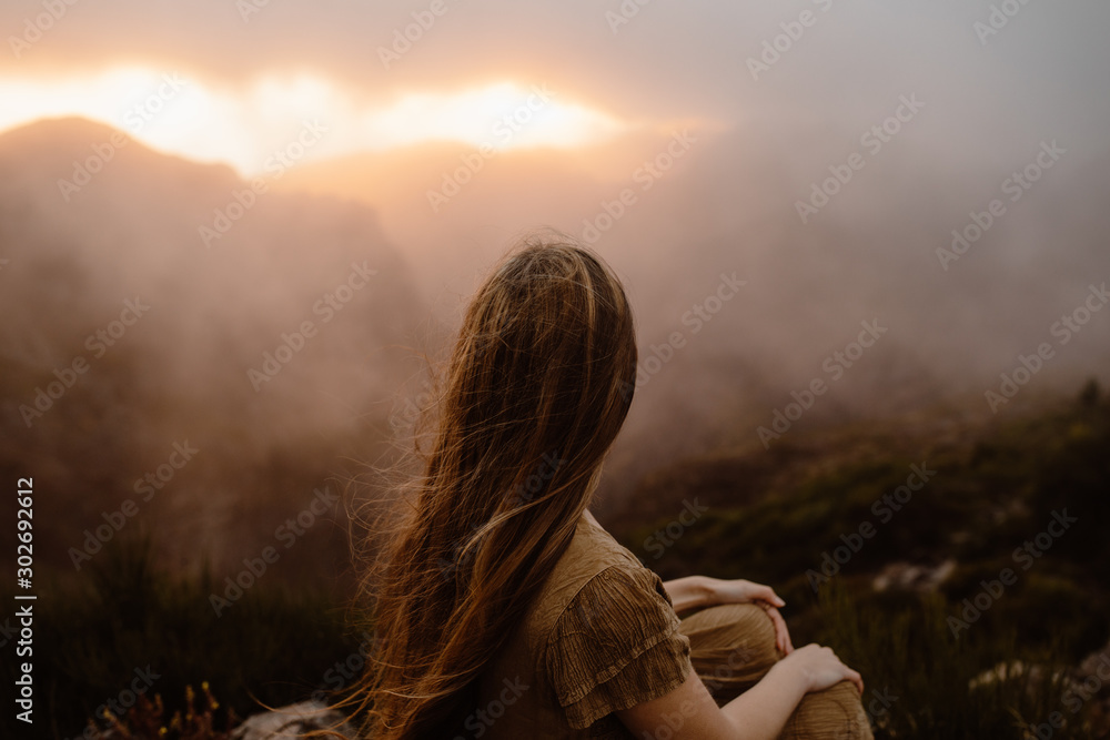 Fototapety, obrazy: Woman watching sunset