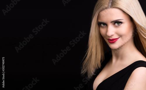 Fototapeta portret pięknej kobiety na czarnym tle obraz