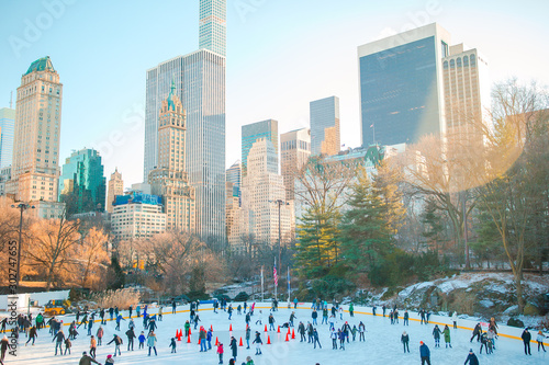 Autocollant pour porte Attraction parc Ice skaters having fun in New York Central Park in winter