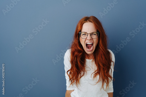 Photo Angry young woman throwing a temper tantrum