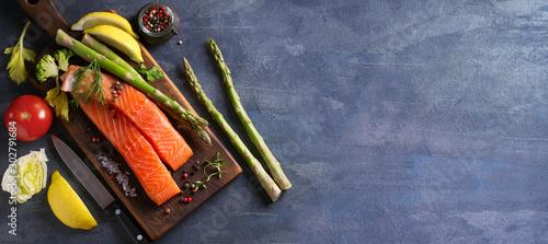 Fotografía  Fresh raw salmon fish fillet, asparagus, lemon, herbs and spices