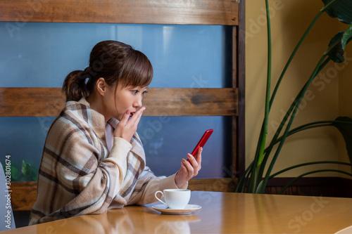 Valokuva レストランでスマホを見る女性