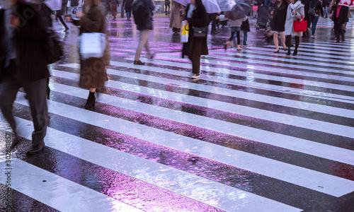 Tableau sur Toile Rainy night at Shibuya Crossing in Tokyo 雨の夜の渋谷スクランブル交差点