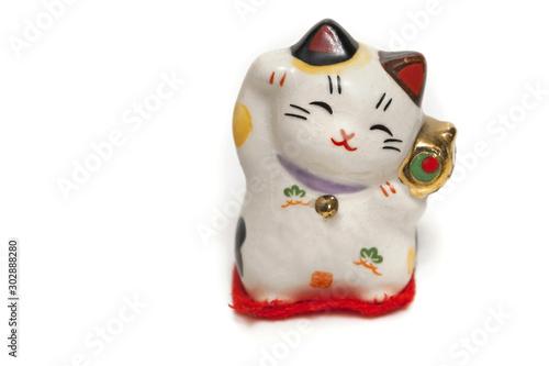 Photo A maneki-neko, lucky cat, beckoning with an upright paw, japanese souvenir isola