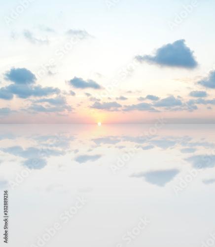 amanecer tranquilo en el mar con tonos azules y morados