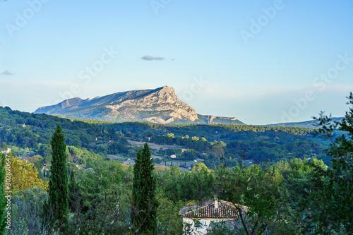 Fotomural Vue panoramique sur la montagne Sainte Victoire depuis le terrain des peintres Aix-en-Provence