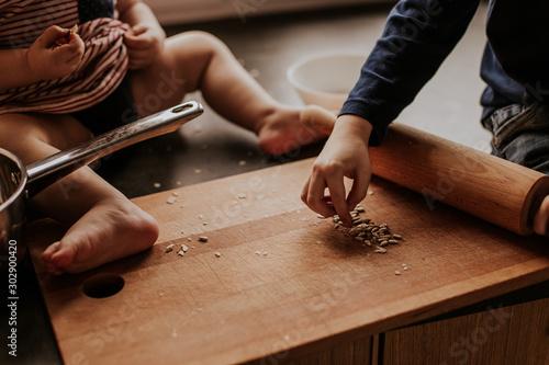 Fotografie, Obraz  Rodzinne gotowanie, dzieci, ziarna, ciasta.