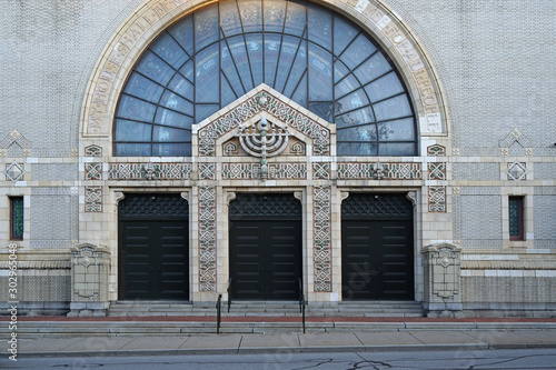 Valokuva PITTSBURGH - NOVEMBER, 2019:  Rodef Shalom synagogue, built in 1907, has intricately patterned stone work on its front, including a menorah above the doors