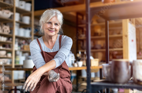 Photo Portrait of senior female pottery artist in her art studio
