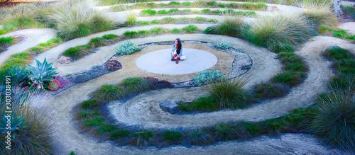 Photo Frau sitzt in einem Labyrinth