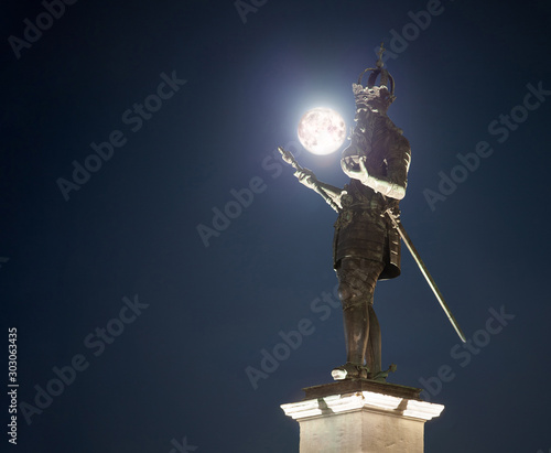 Photo Charlemagne statue aachen with moon