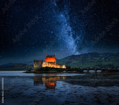 Illuminated Eilean Donan Castle at night in Scotland Tablou Canvas