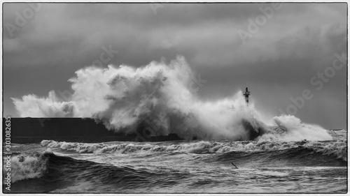 Photo tidal wave at the lighthouse of san juan de nieva, asturias