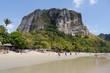 Aonang Beach mit Felsen in Thailand