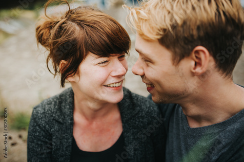 Foto  young heterosexual couple in love looking at each other