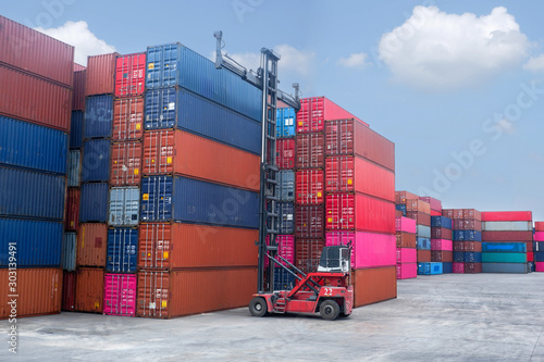Fotografía  Container handlers Loading containers stored on stacks