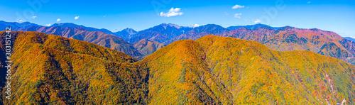 Montage in der Fensternische Honig Autumn foliage scenery view in Nagano Japan