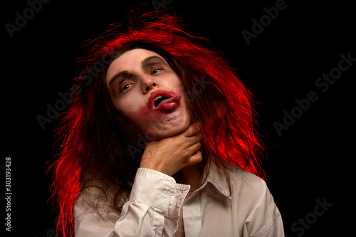 Valokuva woman strangle herself