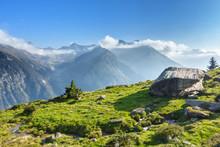 Riesiger Feldblock Auf Einer Almwiese Mit Blick über Die Alpen Im Zillertal