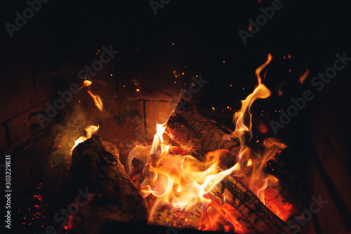 Canvastavla  burning fire logs with sparks in the fireplace