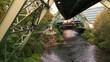 Schwebebahn in Wuppertal fährt über die Wupper ( Fluss )