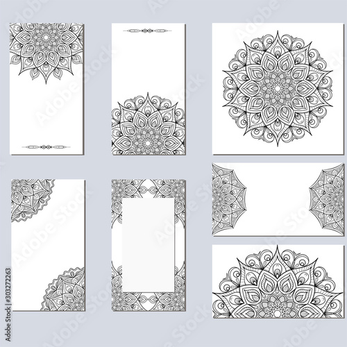 Fond de hotte en verre imprimé Style Boho Set of black and white cards with the image of a circular mandala.