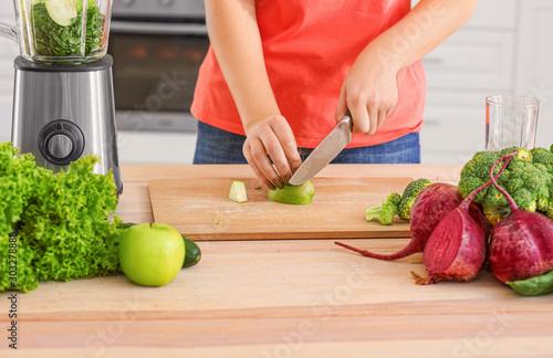 Woman preparing healthy smoothie in kitchen Tablou Canvas