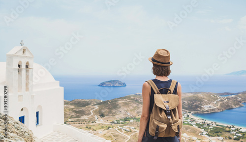 Fotografía  Young woman wearing hat looking at a greek landscape