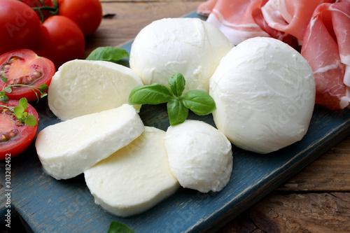 Obraz na plátne mozzarella prosciutto e pomodori delizioso piatto estivo