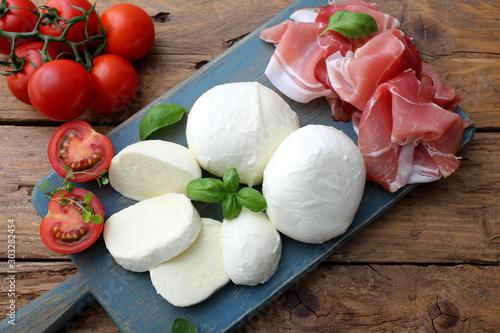 Fototapeta mozzarella prosciutto e pomodori delizioso piatto estivo obraz