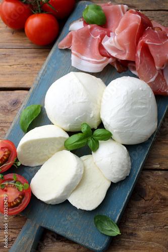 Photo mozzarella prosciutto e pomodori delizioso piatto estivo