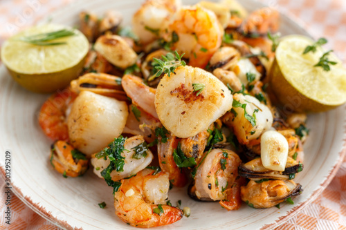 Cuadros en Lienzo  seafood.  scallops, shrimp and mussels