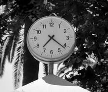 Eine öffentliche Uhr Unter Bäumen
