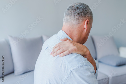 Photo Young man suffering from pain in shoulder, closeup