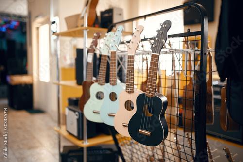 Fond de hotte en verre imprimé Magasin de musique Ukulele guitars on showcase in music store