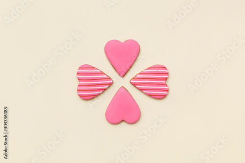 Photo  Top view on gingerbread cookie with pink icing in the shape of a heart on a yellow background