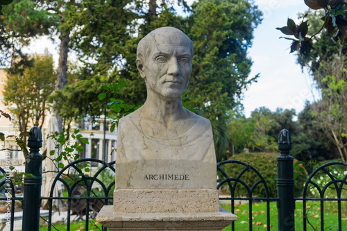 Photo Old marble bust of Archimedes of Syracuse in the public park Pincian Hill, Villa