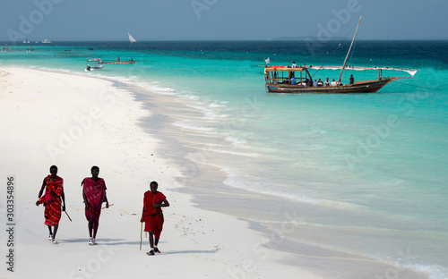 Photo Masai, entertaining tourists on the beach in Nungwi