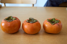 柿3つ並べる・テーブル