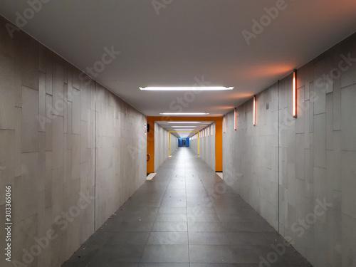 Cuadros en Lienzo  empty underground passage at train station with vanishing point in Bad Friedrich